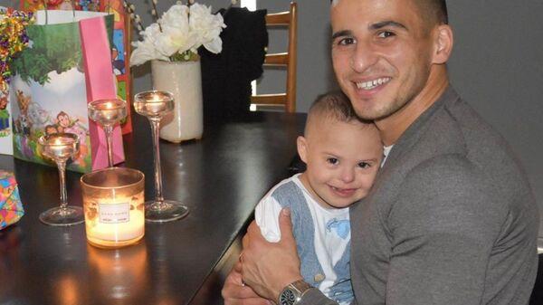 Ο Ομάρ Ελαμπντελαουί με τον γιο του - Sputnik Ελλάδα