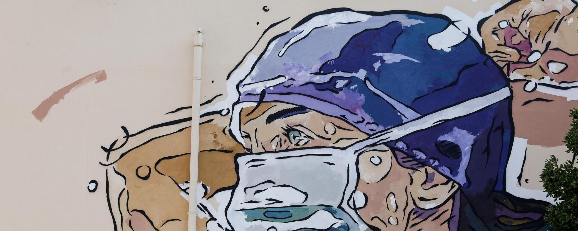 Τοιχογραφία στην πρόσοψη του νοσοκομείου ΑΧΕΠΑ, που αναπαριστά έναν καταπονημένο νοσηλευτή με μάσκα, Θεσσαλονίκη, 23 Ιουλίου 2020.  - Sputnik Ελλάδα, 1920, 08.09.2021