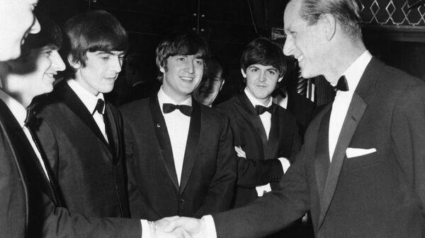 Принц Филипп на встрече с группой The Beatles в Лондоне, 1964 год - Sputnik Ελλάδα