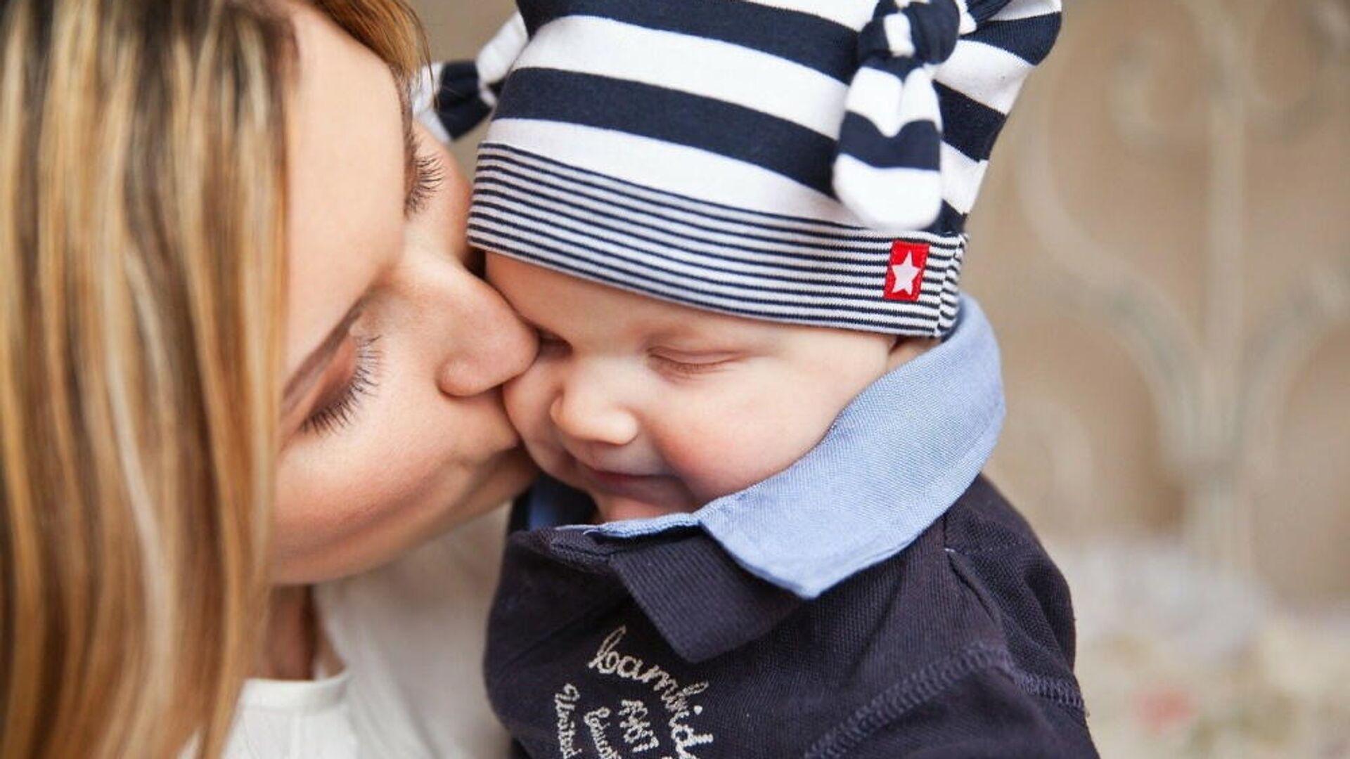 Μητέρα και φιλί στο μωρό της - Sputnik Ελλάδα, 1920, 15.09.2021