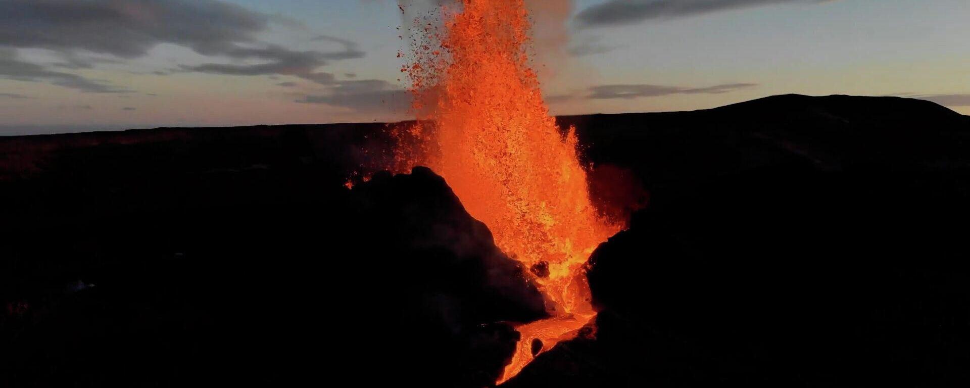 Εντυπωσιακό ηφαίστειο στην Ισλανδία εκτοξεύει τόνους λάβας, τέφρας και πέτρας - Sputnik Ελλάδα, 1920, 10.05.2021