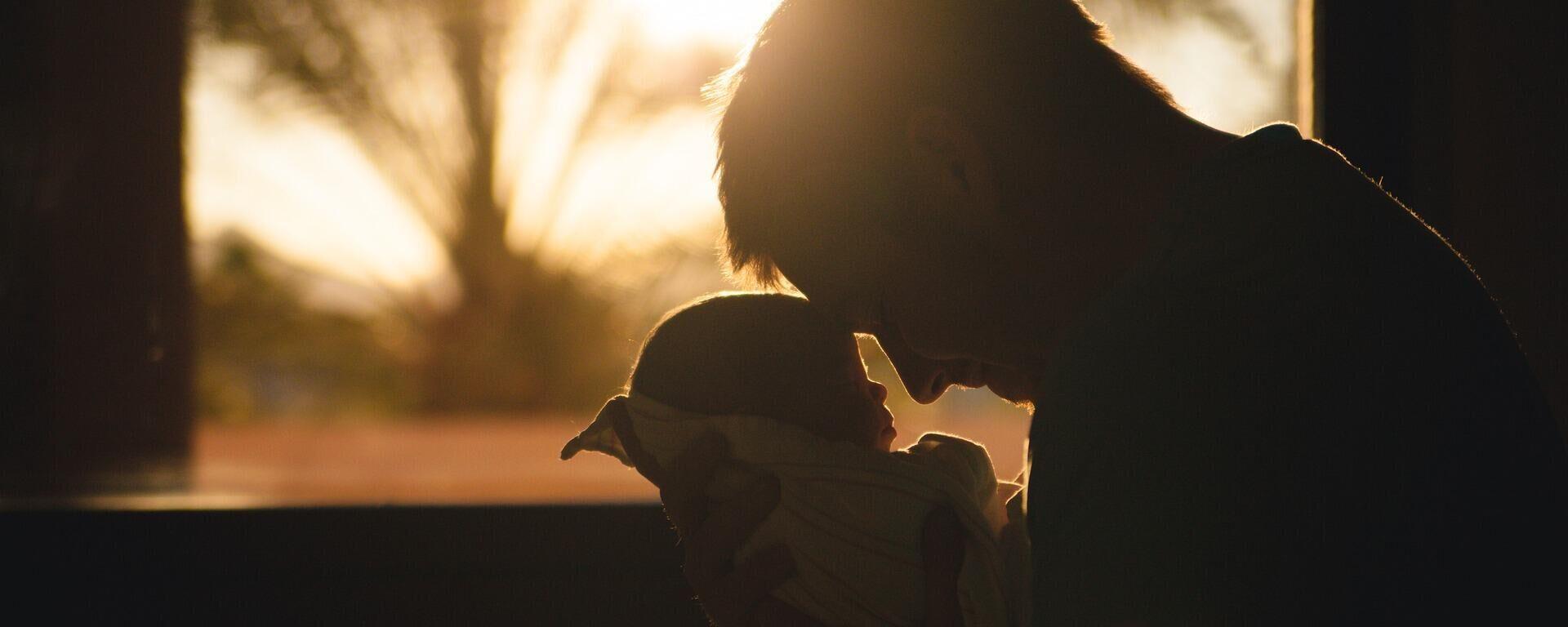 Ένας πατέρας με το μωρό του  - Sputnik Ελλάδα, 1920, 11.05.2021