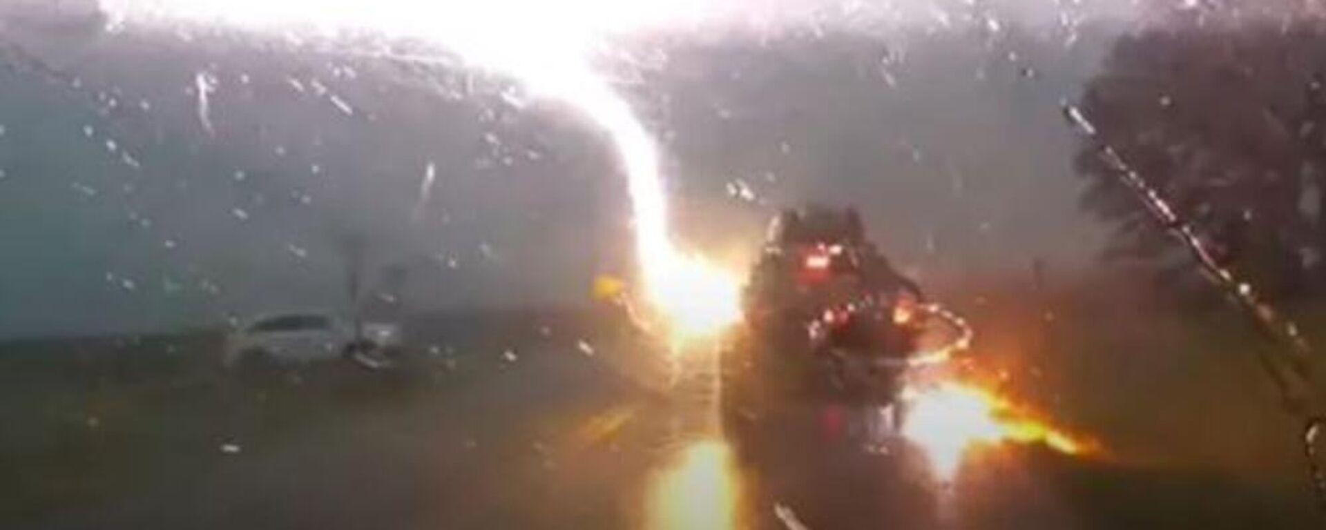 Κεραυνός χτυπάει αμάξι πενταμελούς οικογένειας στο Κάνσας των ΗΠΑ - Sputnik Ελλάδα, 1920, 04.07.2021