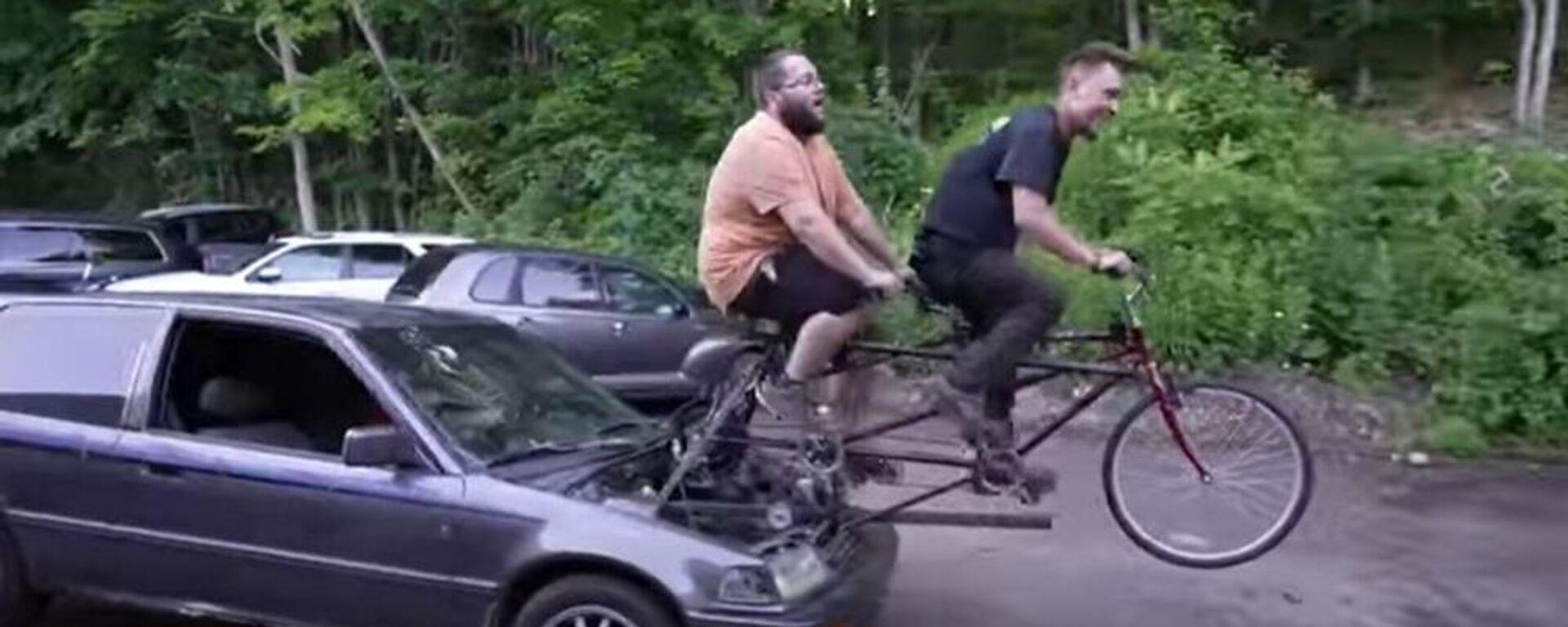 Άντρες κάνουν ποδήλατο για να κινήσουν αμάξι - Sputnik Ελλάδα, 1920, 07.07.2021