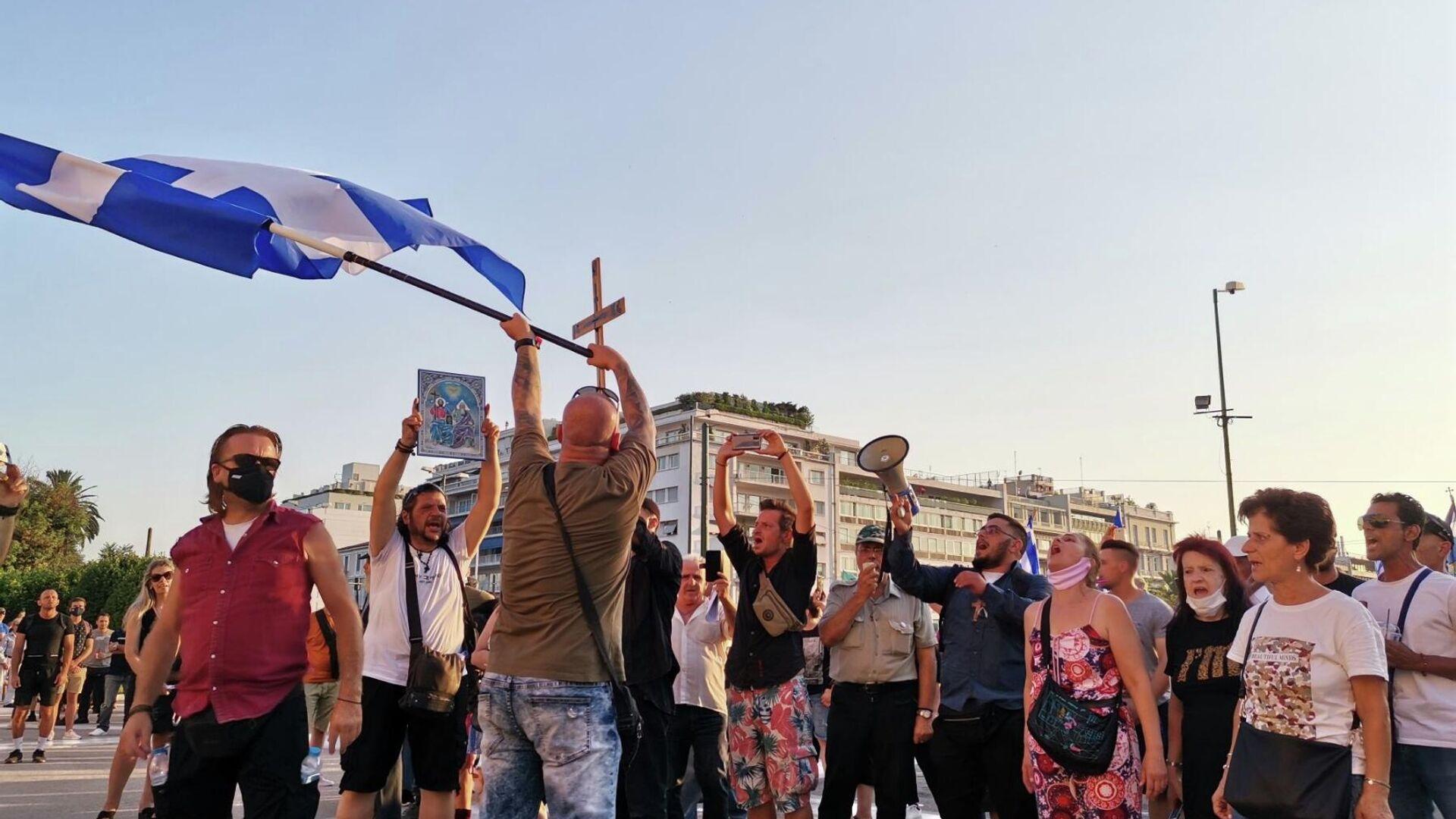 Σημαίες, σταυροί και συνθήματα στη συγκέντρωση αντιεμβολιαστών στο Σύνταγμα - Sputnik Ελλάδα, 1920, 26.09.2021