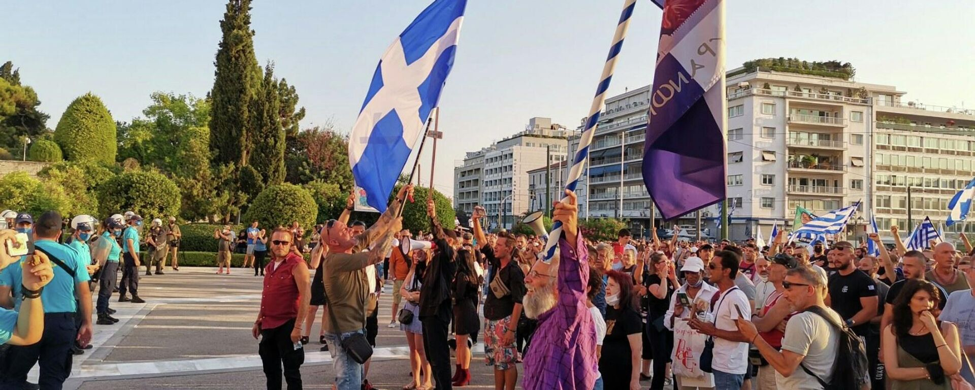 Σημαίες, σταυροί και συνθήματα στη συγκέντρωση αντιεμβολιαστών στο Σύνταγμα - Sputnik Ελλάδα, 1920, 25.09.2021