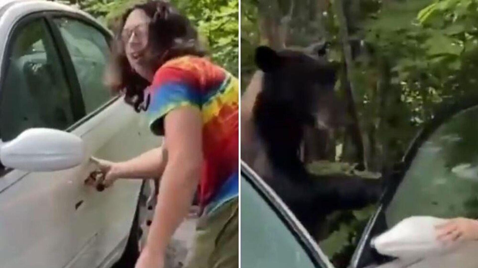 Άντρας ανοίγει την πόρτα για να βγει αρκούδα που μπήκε στο αμάξι του - Sputnik Ελλάδα, 1920, 24.07.2021