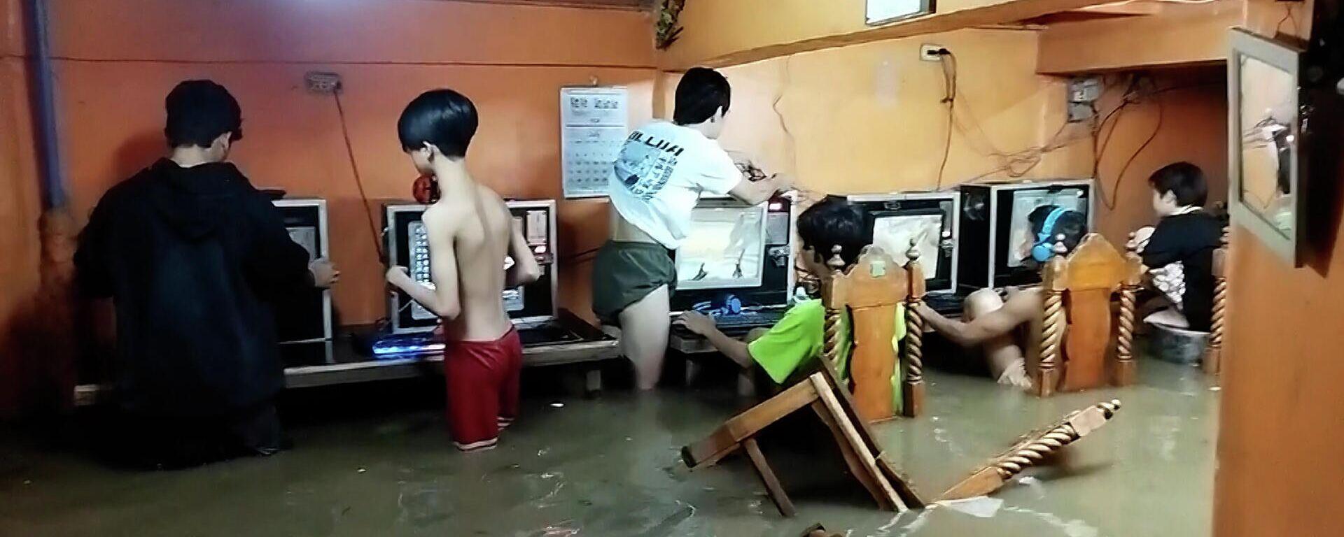 Τρελαμένοι gamers συνεχίζουν το παιχνίδι σε πλημμυρισμένο καφέ εν μέσω τυφώνα στις Φιλιππίνες - Sputnik Ελλάδα, 1920, 28.07.2021