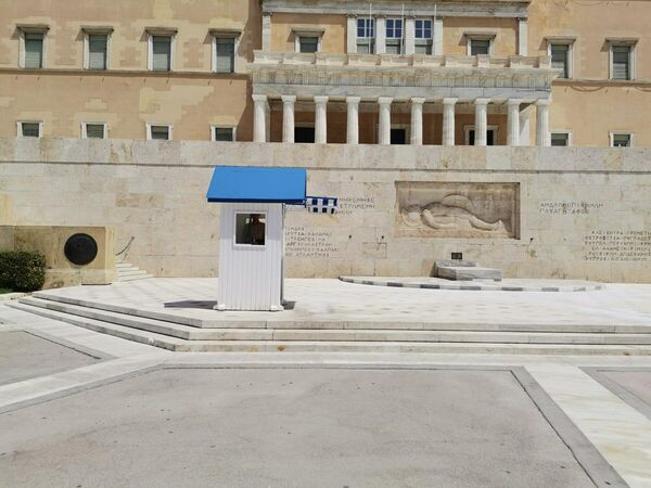 Περήφανοι και όρθιοι μέσα στον καύσωνα οι Εύζωνες - Sputnik Ελλάδα