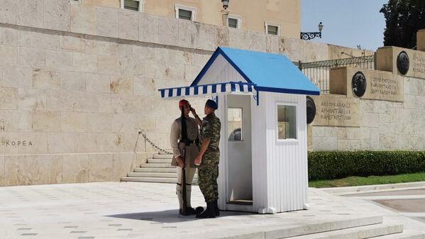 Ο επόπτης προσπαθεί να κάνει πιο εύκολη τη σκοπιά για τους Εύζωνες - Sputnik Ελλάδα