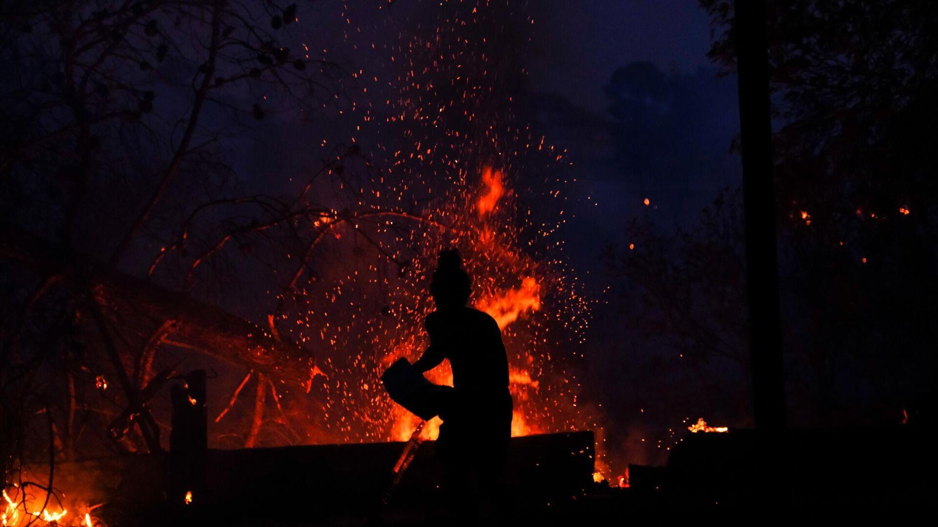 Στη μάχη με τις φλόγες και οι κάτοικοι στην Βαρυμπόμπη - Sputnik Ελλάδα, 1920, 04.08.2021