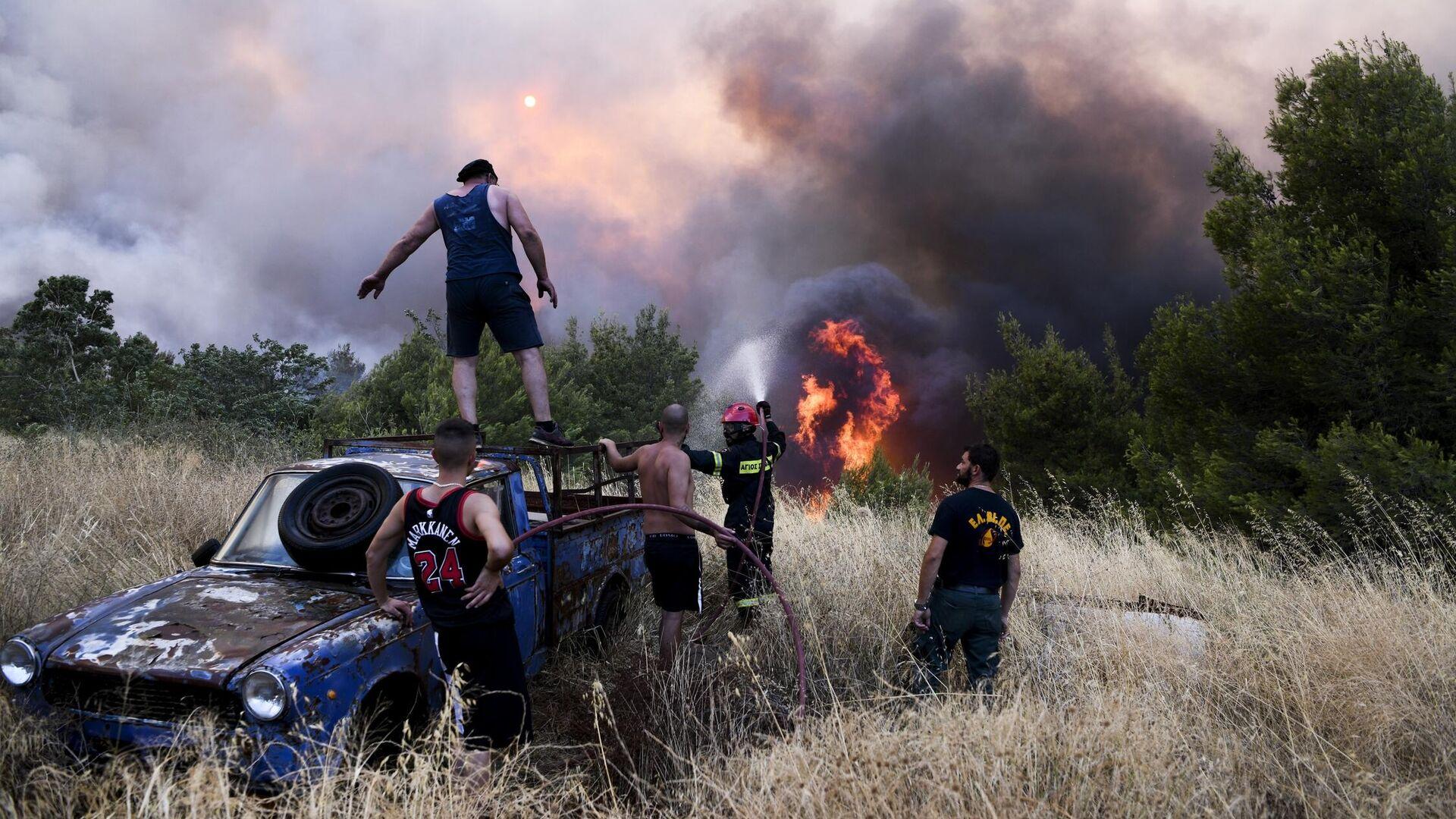 Στη μάχη με τις φλόγες και οι κάτοικοι στην Βαρυμπόμπη - Sputnik Ελλάδα, 1920, 05.08.2021