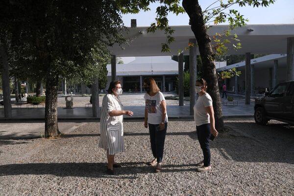Η υπουργός Πολιτισμού, Λίνα Μενδώνη, στην Αρχαία Ολυμπία η οποία δοκιμάζεται από τη φωτιά - Sputnik Ελλάδα