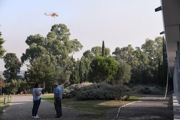 Ελικόπτερο της Πυροσβεστικής Υπηρεσίας πετά πάνω από τη Διεθνή Ολυμπιακή Ακαδημία - Sputnik Ελλάδα