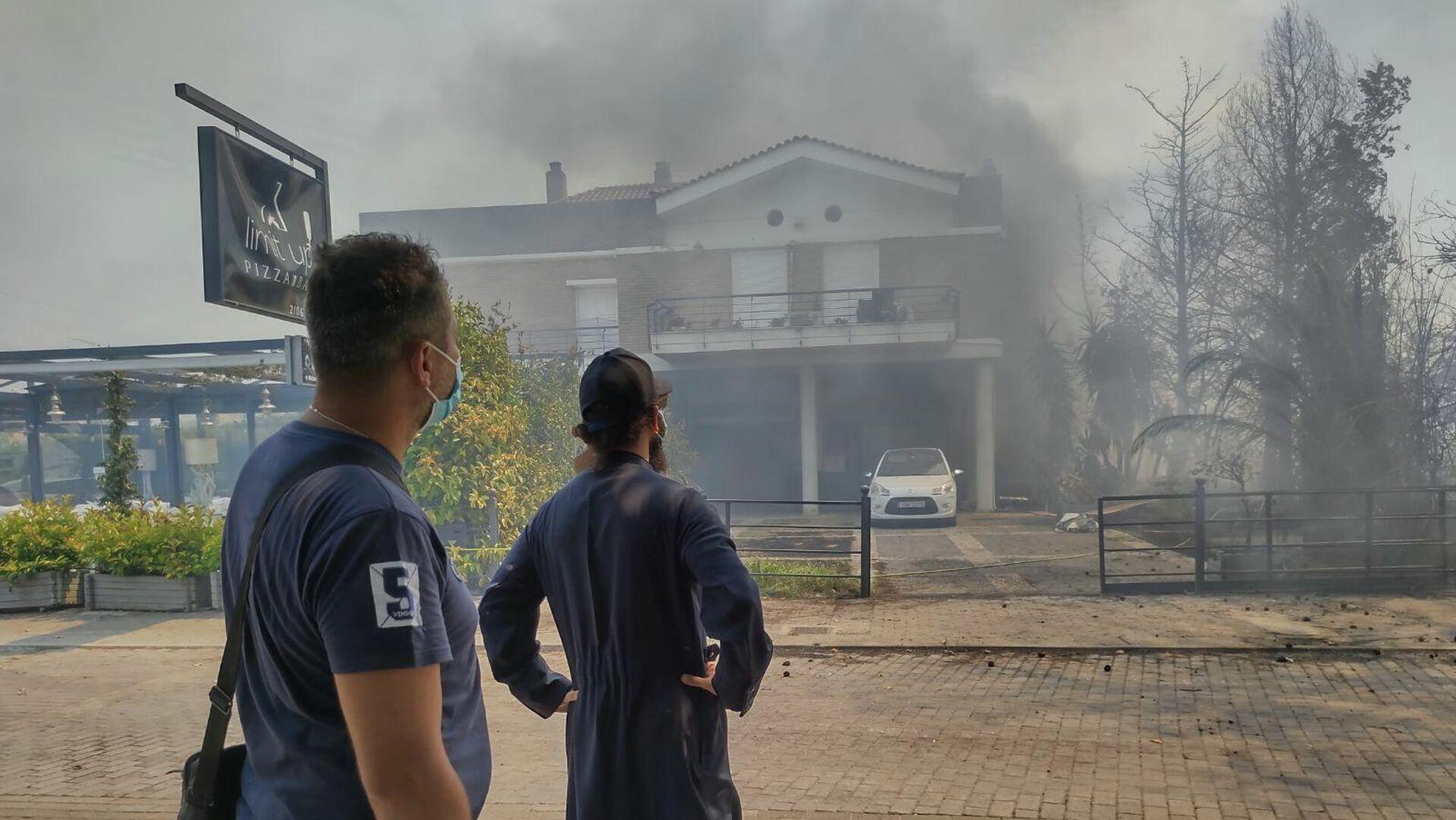 Οι φλόγες μέσα σε σπίτι στο Κρυονέρι - Sputnik Ελλάδα, 1920, 06.08.2021