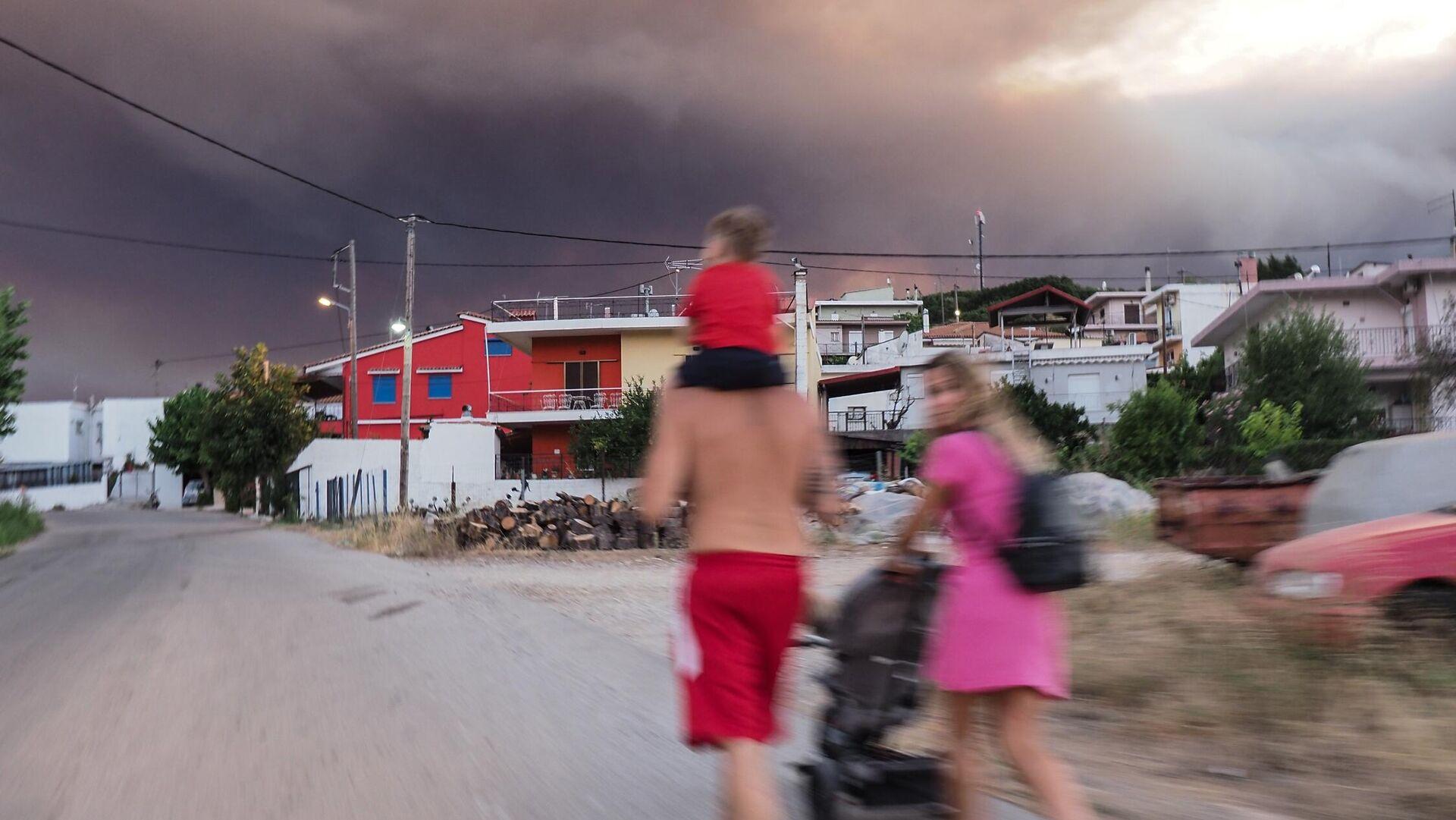 Άνθρωποι στο χωριό Μαντούδι, κατά την πέμπτη μέρα της πυρκαγιάς στη Βόρειας Εύβοια - Sputnik Ελλάδα, 1920, 09.08.2021