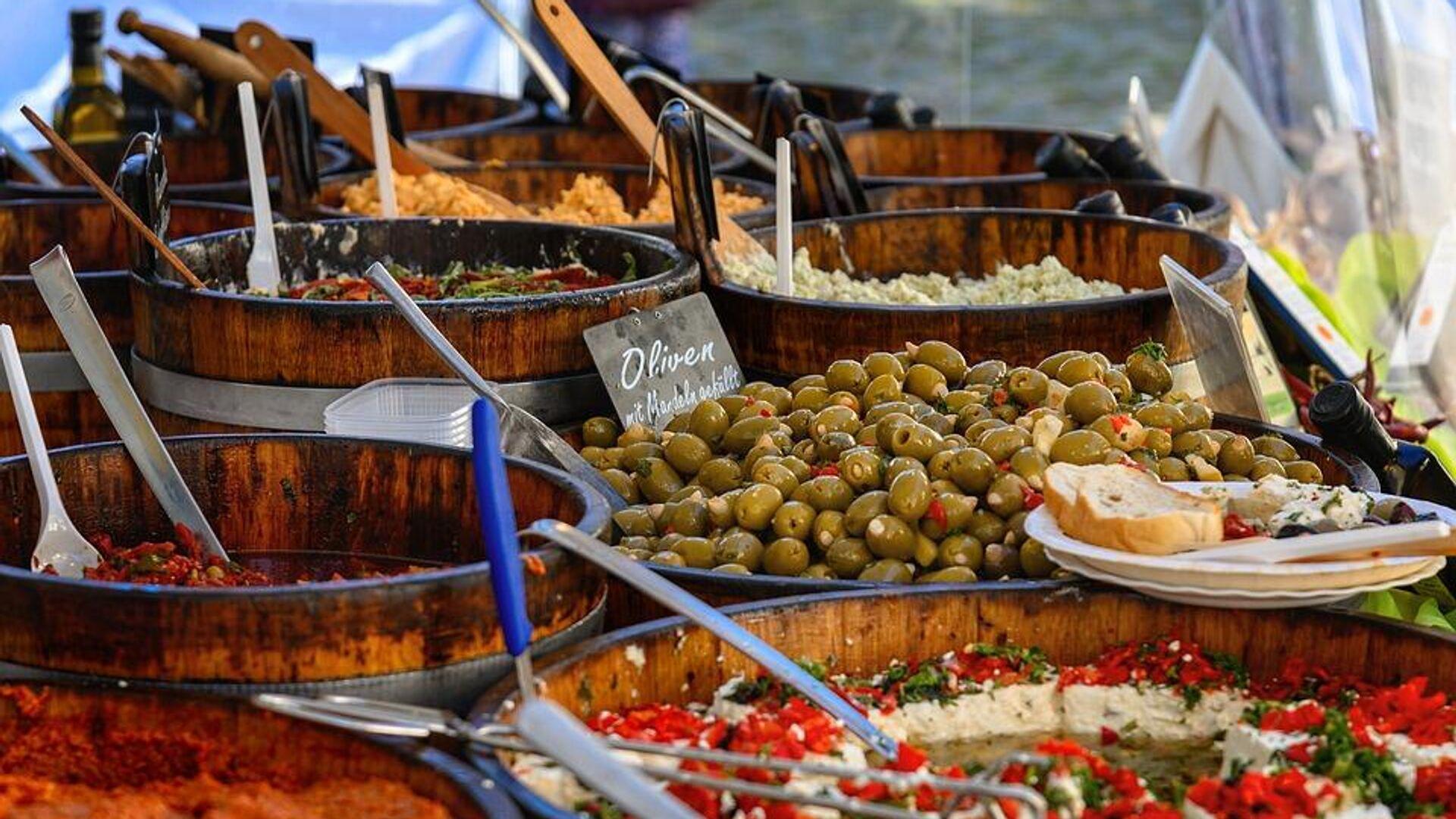 Ελιές και άλλα φαγητά σε stand σε αγορά τροφίμων - Sputnik Ελλάδα, 1920, 06.10.2021