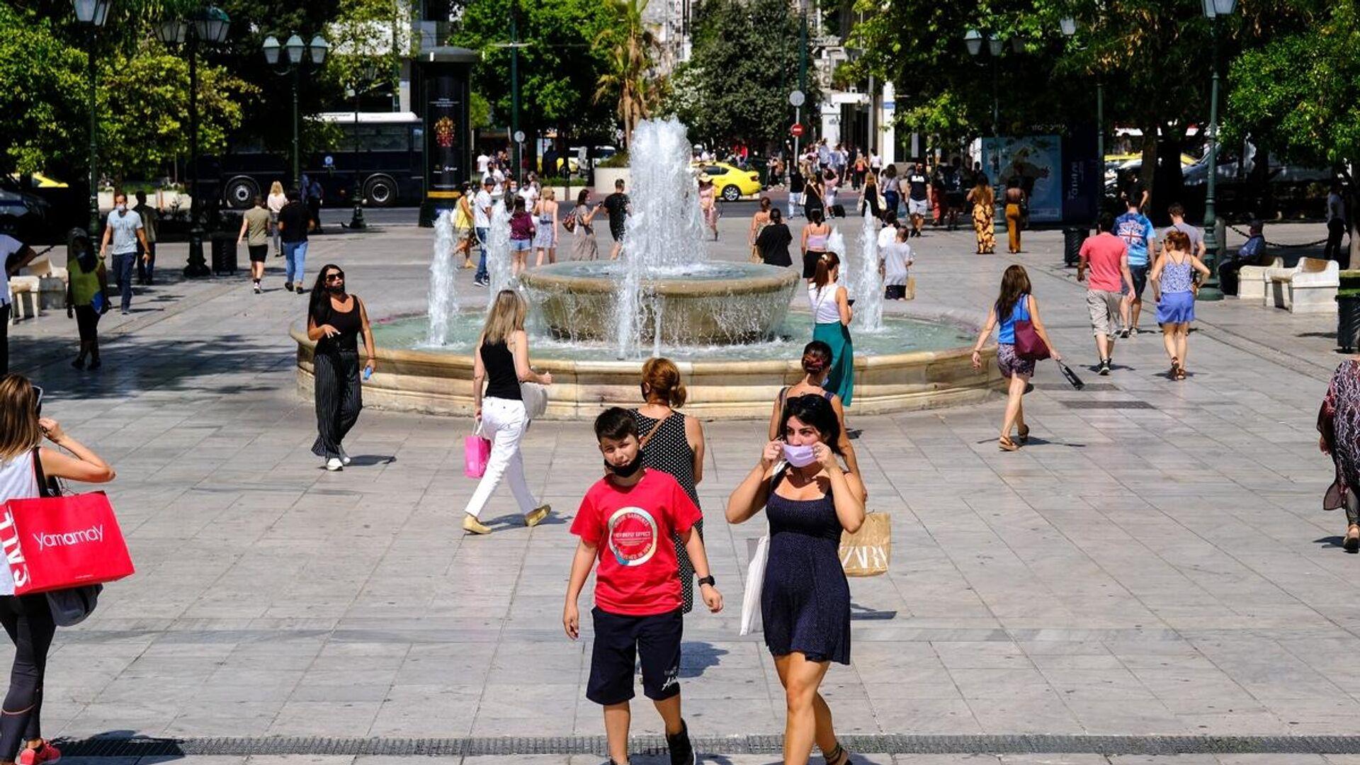 Εικόνες δρόμου με ανθρώπους με μάσκες να κυκλοφορούν στην Αθήνα εν μέσω καύσωνα. - Sputnik Ελλάδα, 1920, 10.08.2021