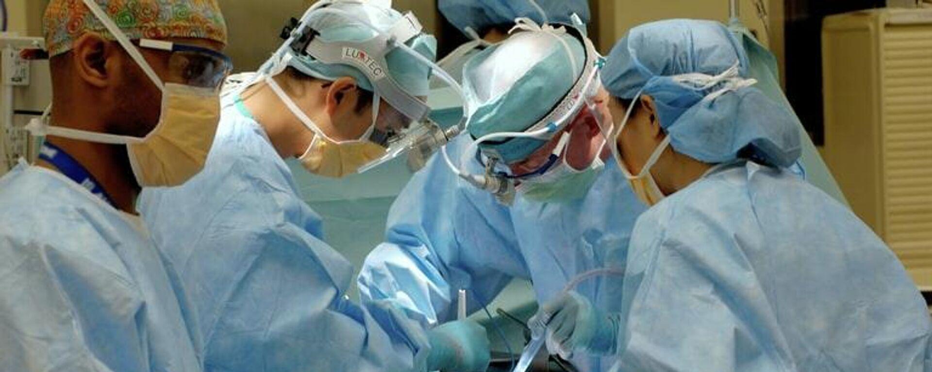 Γιατροί σε χειρουργείο - Sputnik Ελλάδα, 1920, 11.08.2021