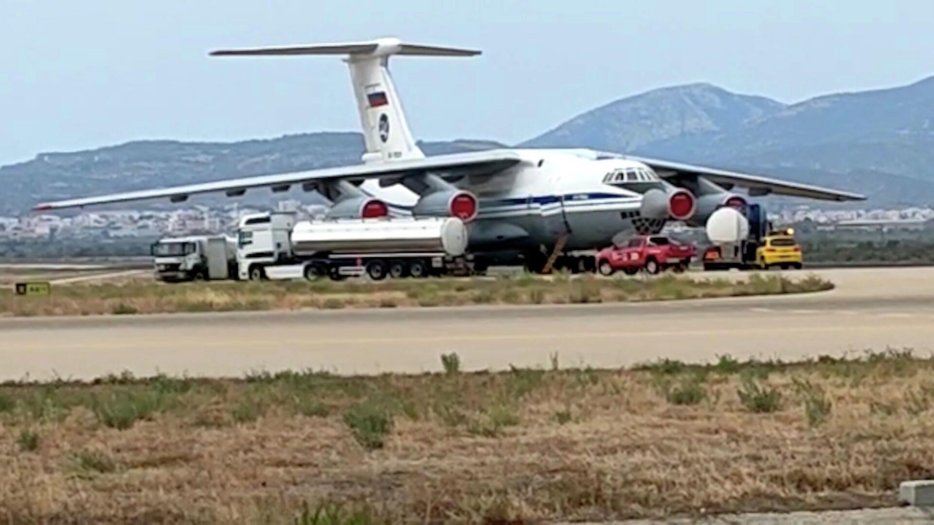 Ο ρωσικός γίγαντας Il-76 ξεδιψάει: Καρέ καρέ ο ανεφοδιασμός του αεροσκάφους με νερό - Sputnik Ελλάδα, 1920, 12.08.2021
