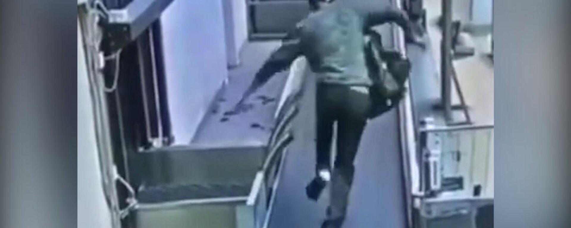 """Μεθυσμένος σε αεροδρόμιο βρίσκει καλή ιδέα να πάει """"βόλτα"""" στον κυλιόμενο διάδρομο με τις αποσκευές - Sputnik Ελλάδα, 1920, 12.08.2021"""