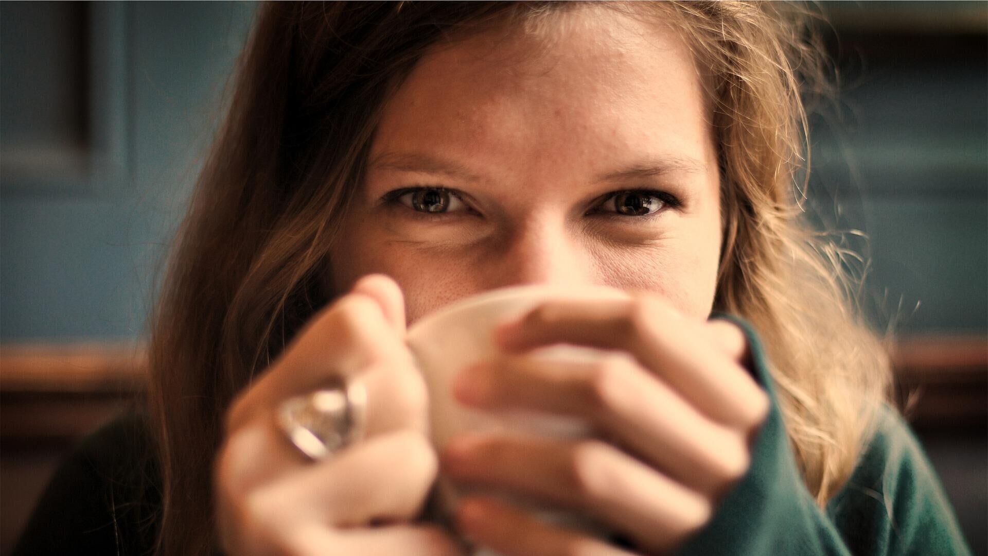 Κοπέλα πίνει καφέ - Sputnik Ελλάδα, 1920, 17.08.2021