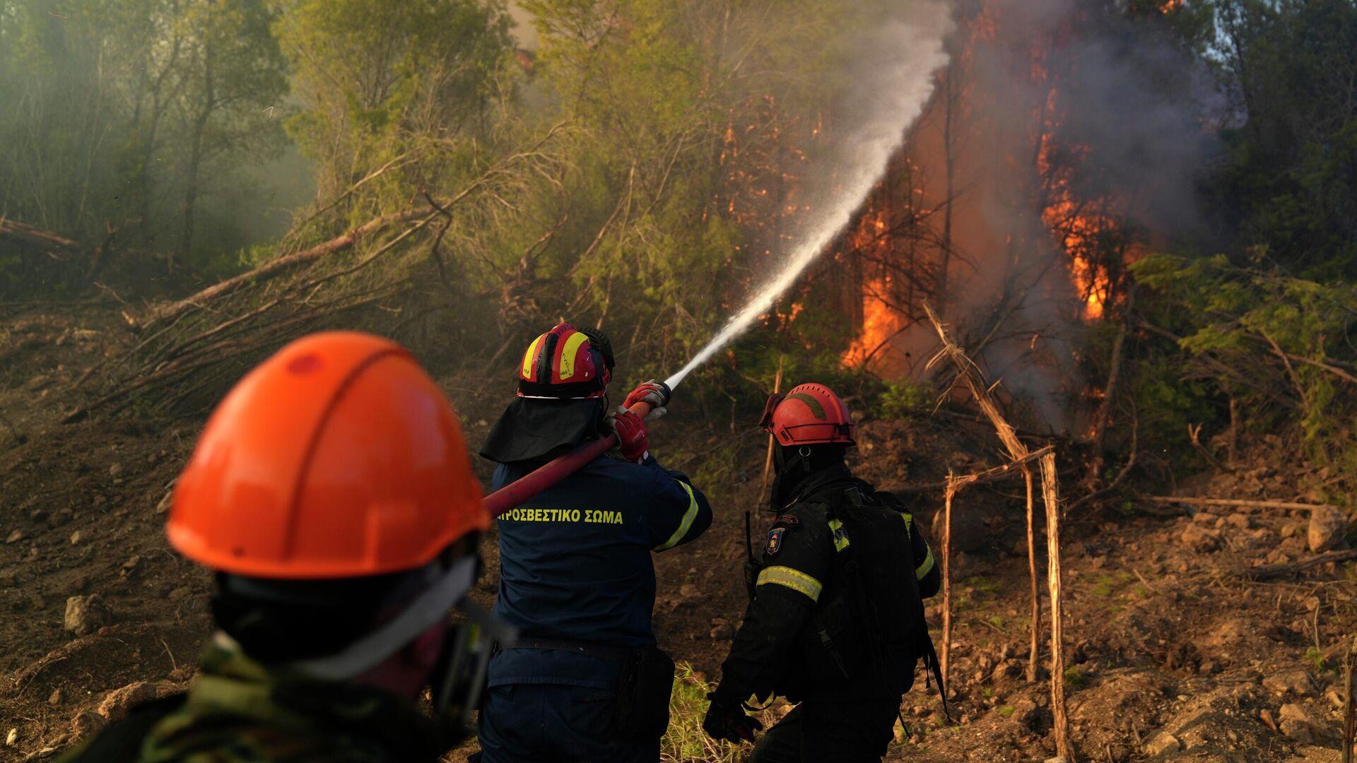 Πυροσβέστες στη φωτιά στην Κερατέα - Sputnik Ελλάδα, 1920, 01.10.2021