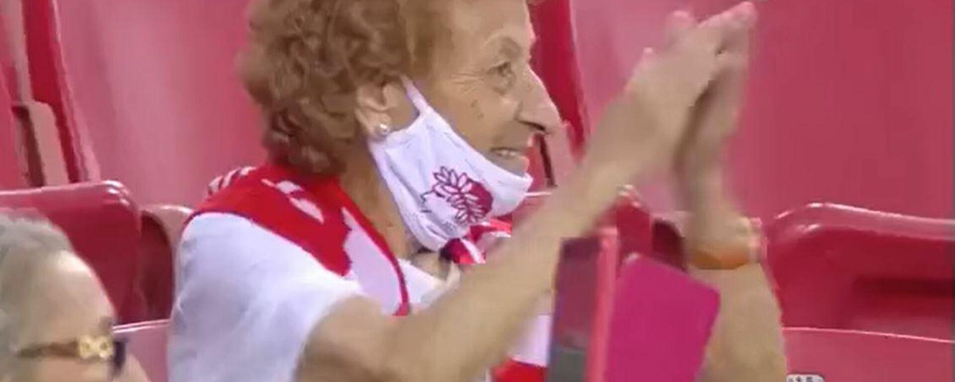 Η γιαγιά - οπαδός του Ολυμπιακού στον αγώνα με τη Σλόβαν - Sputnik Ελλάδα, 1920, 13.09.2021
