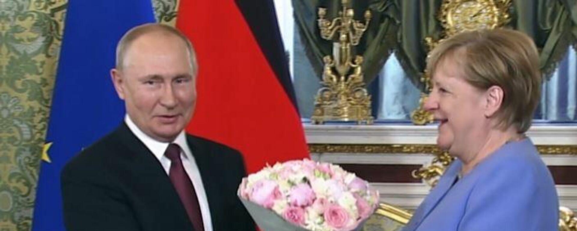 Με λουλούδια υποδέχθηκε ο Βλαντίμιρ Πούτιν την Άνγκελα Μέρκελ - Sputnik Ελλάδα, 1920, 20.08.2021