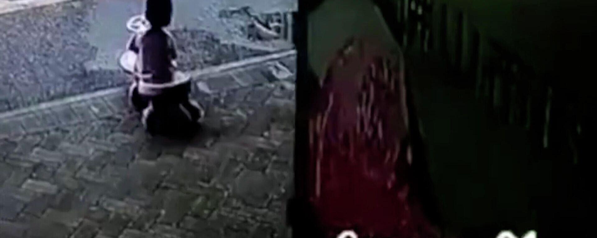 Παραλίγο τραγωδία: Κοριτσάκι σώθηκε από θαύμα από φορτηγάκι που έκανε όπισθεν στην Κίνα - Sputnik Ελλάδα, 1920, 24.08.2021