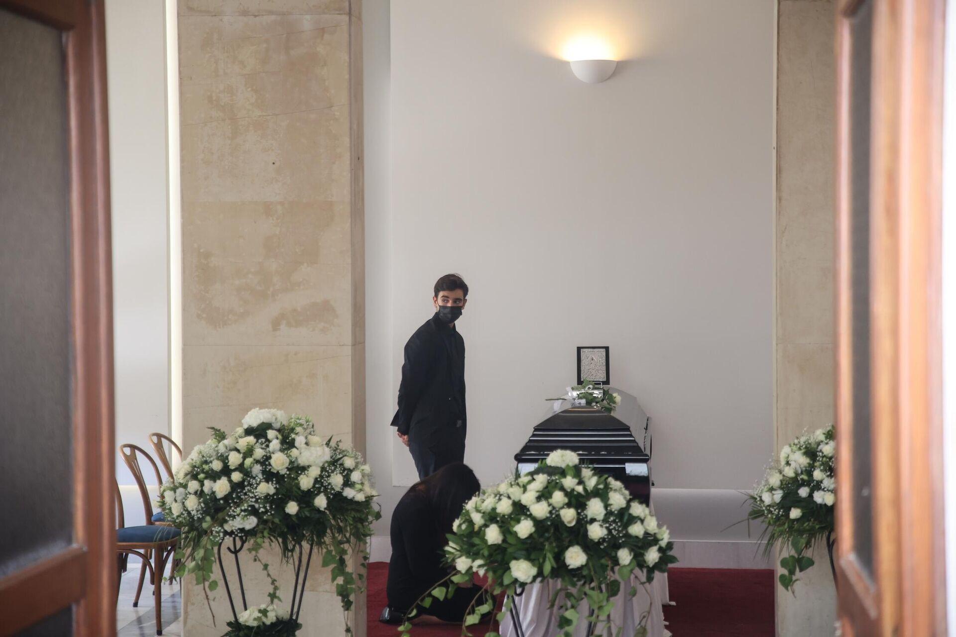 Η Βίκυ Σταμάτη στην κηδεία του Άκη Τσοχατζόπουλου - Sputnik Ελλάδα, 1920, 31.08.2021