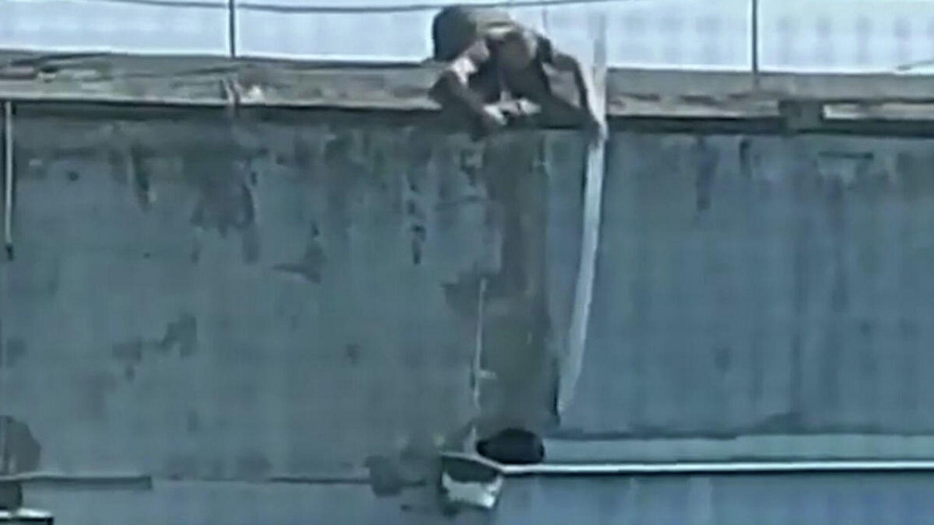 Άνδρας σώζει ριψοκίνδυνο γατούλη με έναν κουβά και ένα σχοινί - Sputnik Ελλάδα, 1920, 31.08.2021