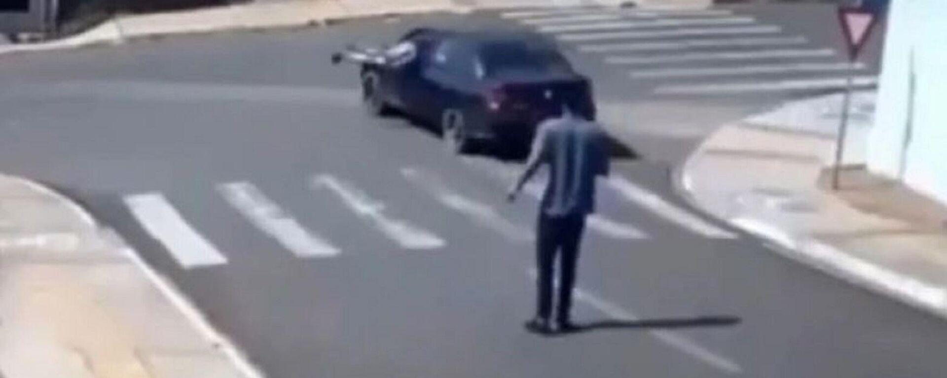 Πήδηξε μέσα σε αυτοκίνητο που έτρεχε χωρίς οδηγό και το σταμάτησε - Sputnik Ελλάδα, 1920, 01.09.2021