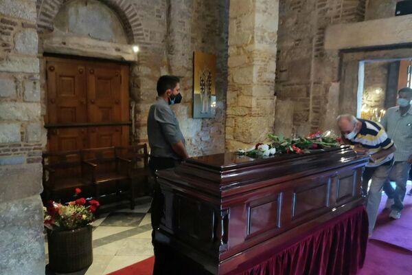 Το δικαστήριο απαγόρευσε στην κόρη του, στο γιο και τη χήρα του να έχουν οποιαδήποτε ανάμειξη με τα διαδικαστικά που αφορούν στη τέλεση της κηδείας του εκλιπόντος. - Sputnik Ελλάδα