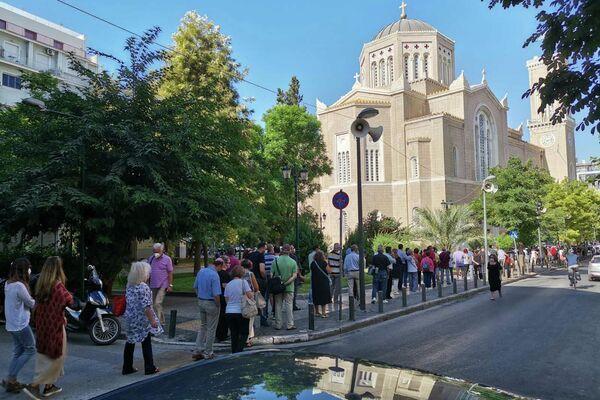 Πάρα πολύς κόσμος από νωρίς το πρωί για το τελευταίο αντίο στον Μίκη Θεοδωράκη. - Sputnik Ελλάδα