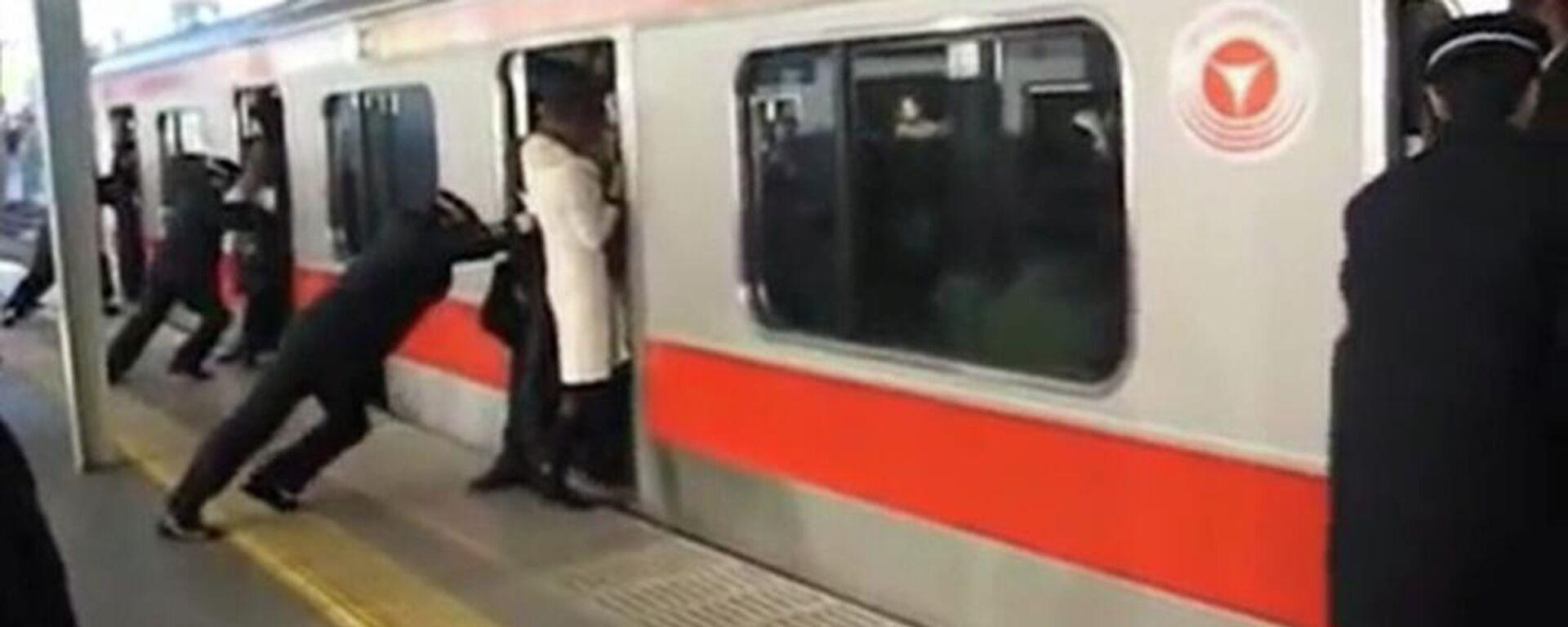 Οι επαγγελματίες σπρώχτες στο μετρό του Τόκιο - Sputnik Ελλάδα, 1920, 08.09.2021