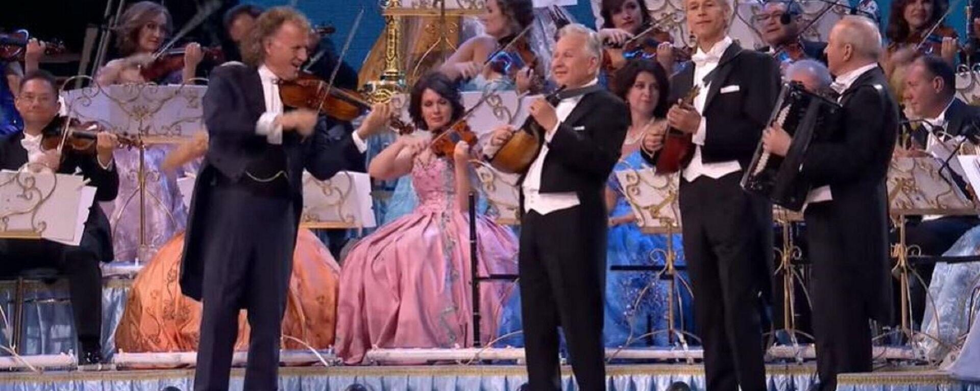 Ο André Léon Marie Nicolas Rieu και η ορχήστρα του παίζουν Θεοδωράκη  - Sputnik Ελλάδα, 1920, 09.09.2021