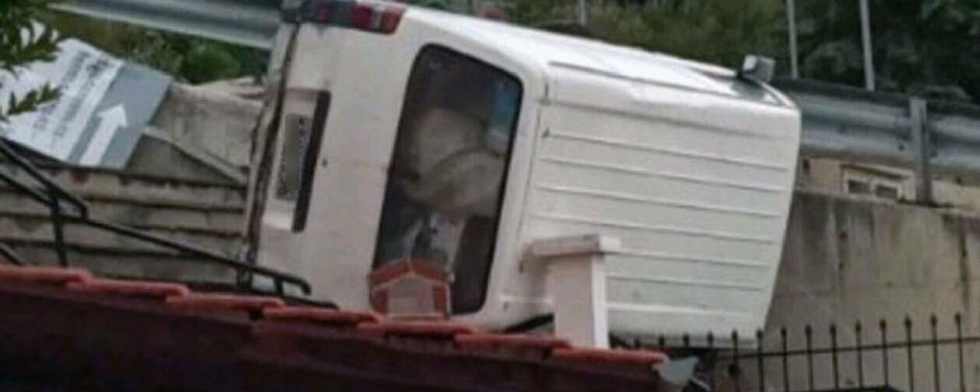 Απίστευτο τροχαίο στην Καβάλα: Φορτηγάκι προσγειώθηκε στα κεραμίδια σπιτιού - Sputnik Ελλάδα, 1920, 09.09.2021