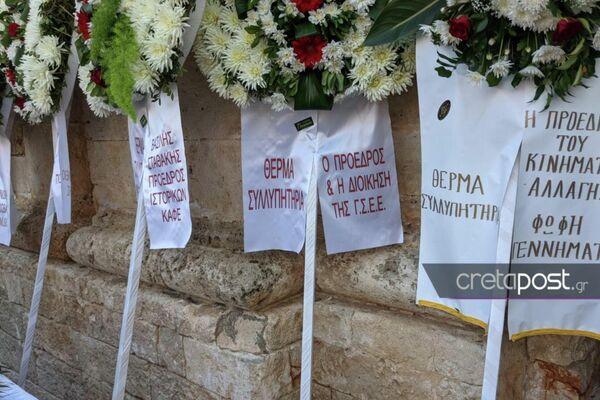 Στεφάνια για τον Μίκη Θεοδωράκη έξω από τη Μητρόπολη Χανίων. - Sputnik Ελλάδα