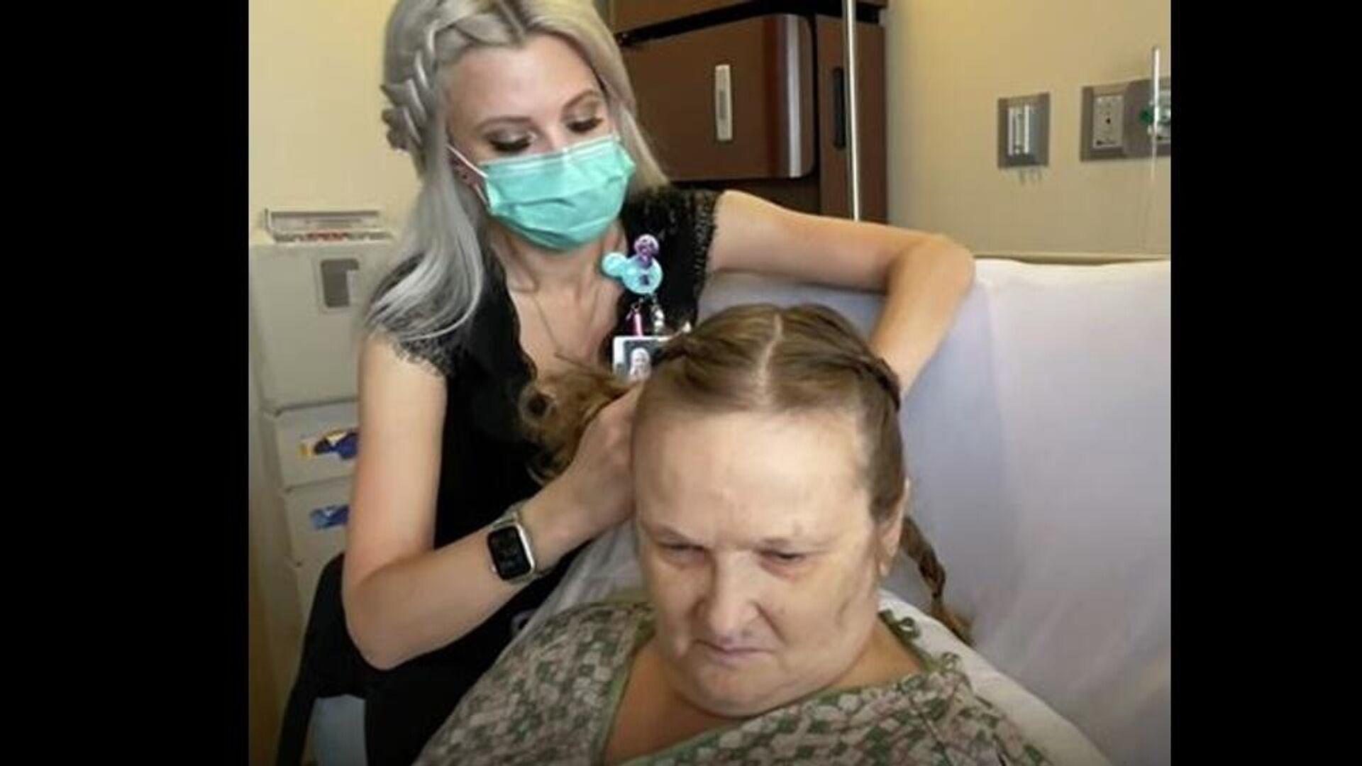 Καλόκαρδη νοσοκόμα περνάει τα ρεπό της χτενίζοντας ασθενείς για να τις ανακουφίσει - Sputnik Ελλάδα, 1920, 10.09.2021