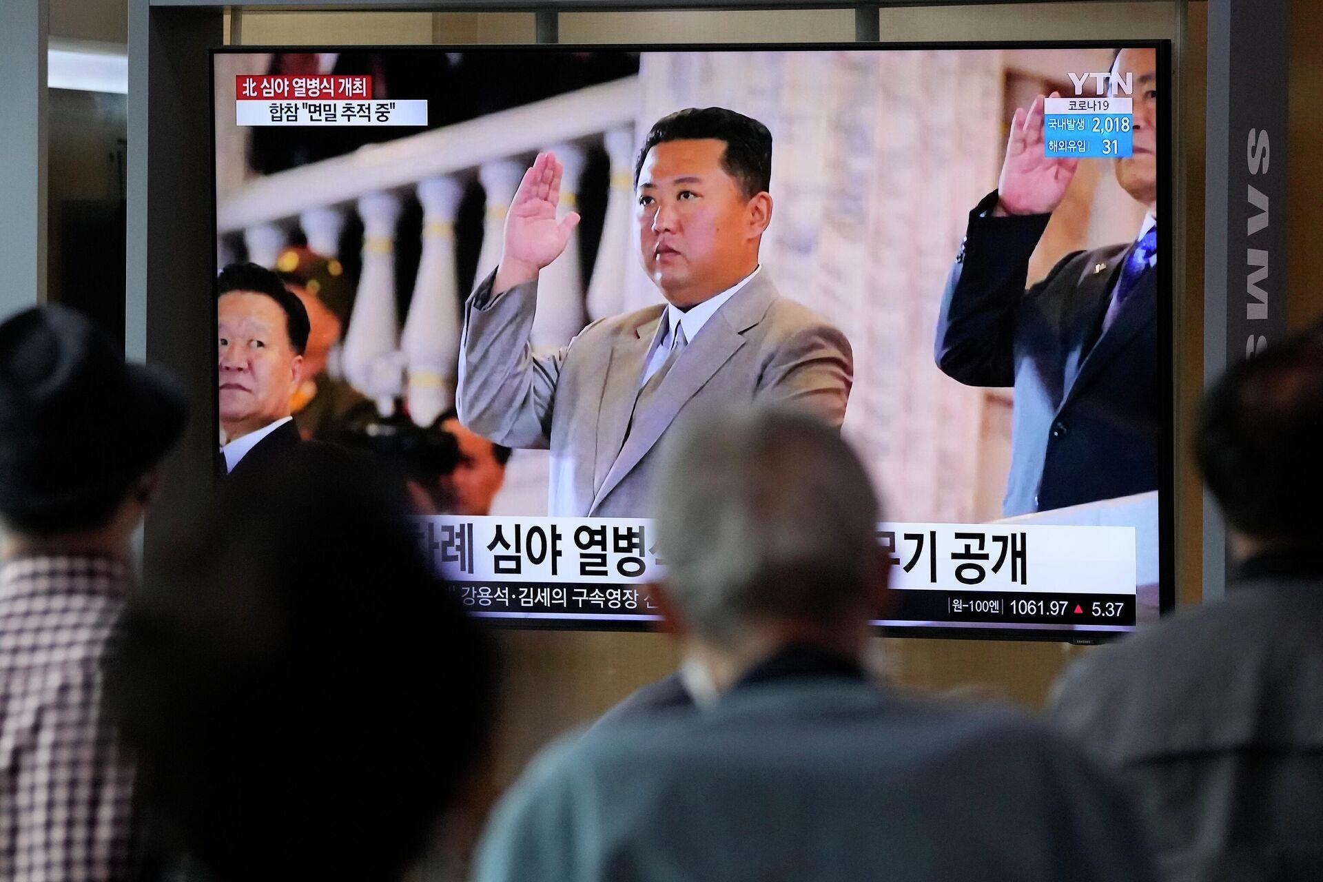 H Βόρεια Κορέα προχώρησε σε δοκιμαστικές εκτοξεύσεις πυραύλων κρουζ μεγάλου βεληνεκούς. Τις παρακολουθεί  ο Κιμ Γιονγκ Ουν από την τηλεόραση.  - Sputnik Ελλάδα, 1920, 13.09.2021