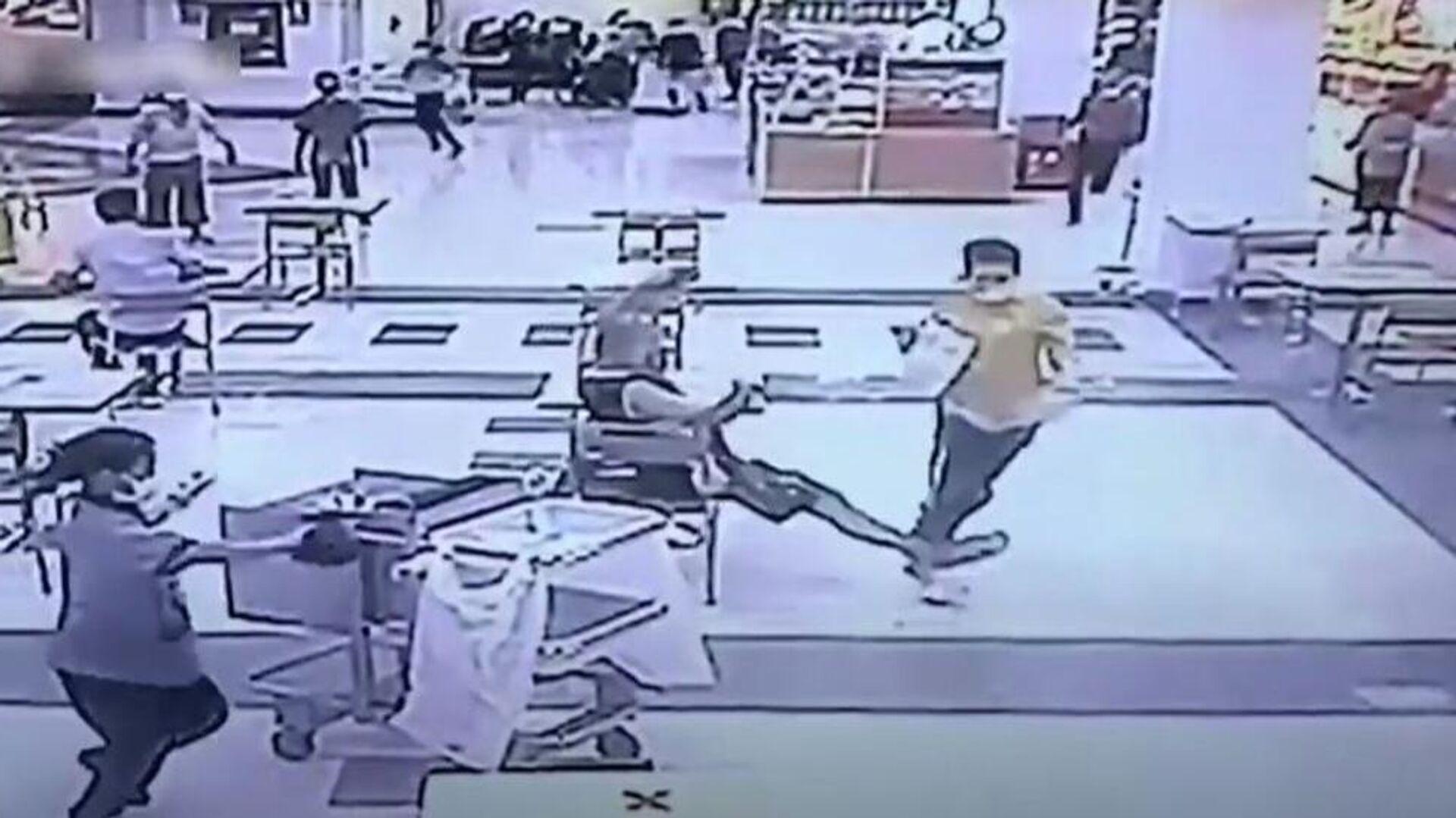 Πελάτης βάζει τρικλοποδιά σε ένοπλη λησταρχίνα σε εμπορικό κέντρο στην Ταϊλάνδη - Sputnik Ελλάδα, 1920, 16.09.2021