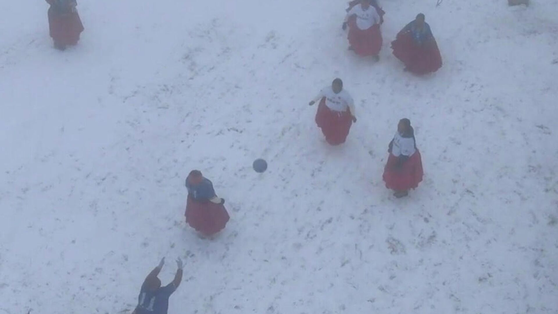 Αγώνας υψηλών προδιαγραφών στη Βολιβία: Γυναίκες ιθαγενείς παίζουν ποδόσφαιρο στα 6.000 μέτρα - Sputnik Ελλάδα, 1920, 17.09.2021