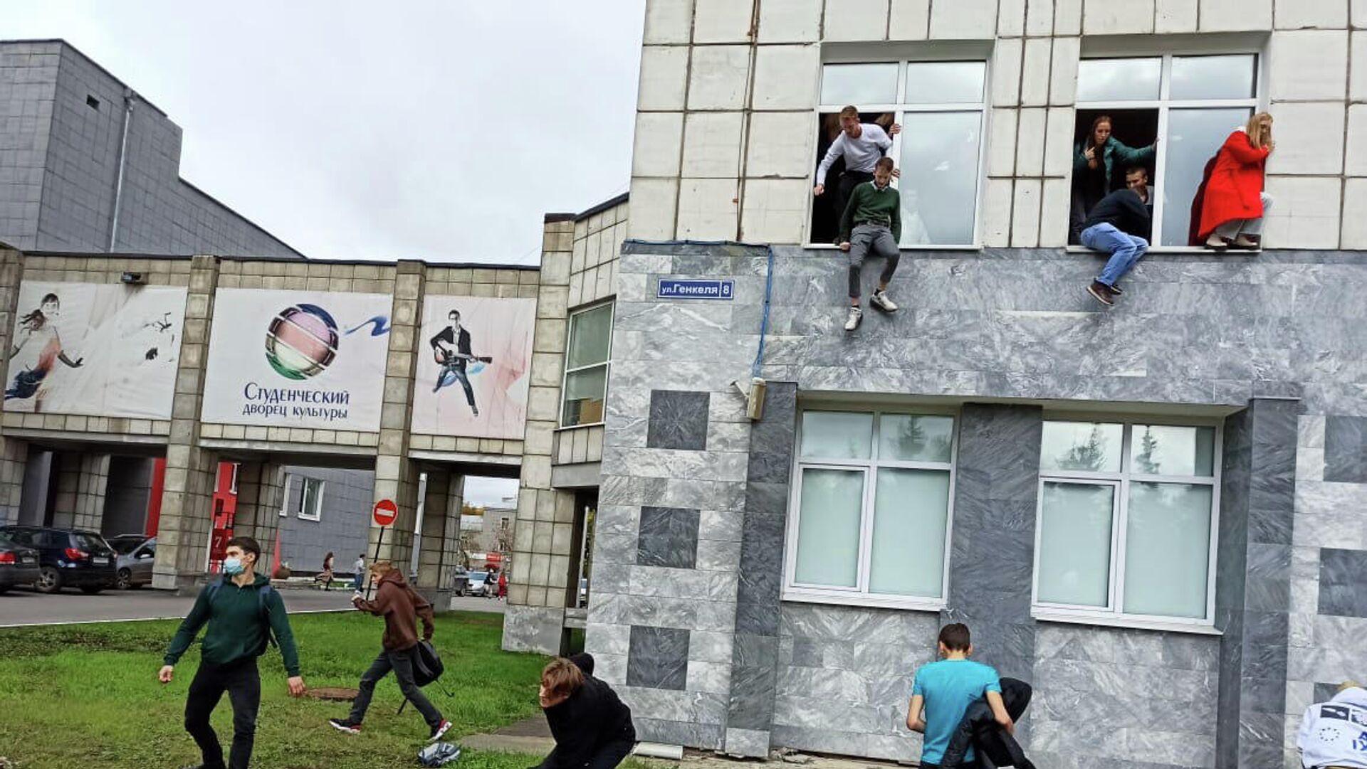 Ρωσία: Στιγμές τρόμου με ένοπλο να ανοίγει πυρ σε πανεπιστήμιο - Sputnik Ελλάδα, 1920, 20.09.2021