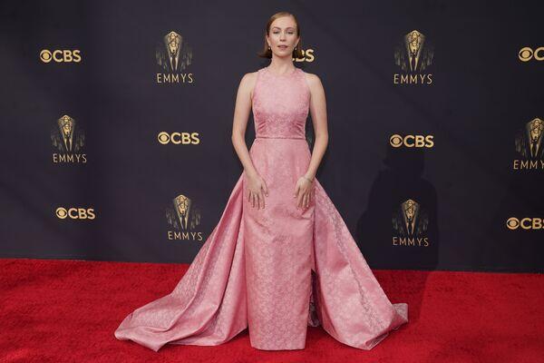 H Hannah Eimbinder με ροζ φόρεμα Prada. - Sputnik Ελλάδα