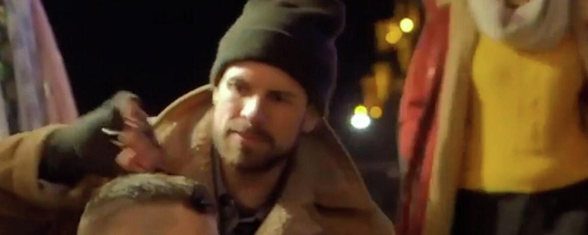 Κάνε κάτι χωρίς αντάλλαγμα: Βρετανός κομμωτής μεταμορφώνει άστεγους και χαρίζει χαμόγελα - Sputnik Ελλάδα, 1920, 21.09.2021