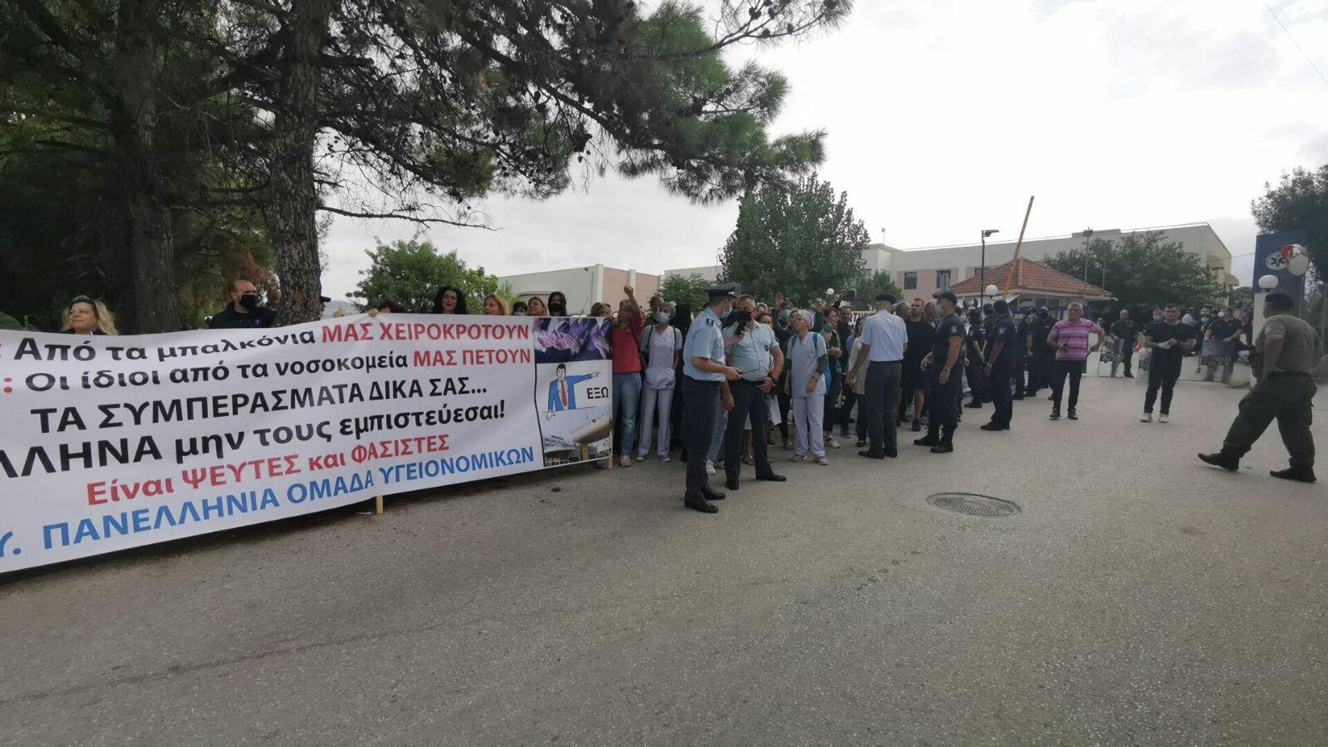 Υγειονομικοί έξω από το ΕΚΑΒ Θεσσαλονίκης περιμένουν την άφιξη του Θάνου Πλεύρη - Sputnik Ελλάδα, 1920, 22.09.2021