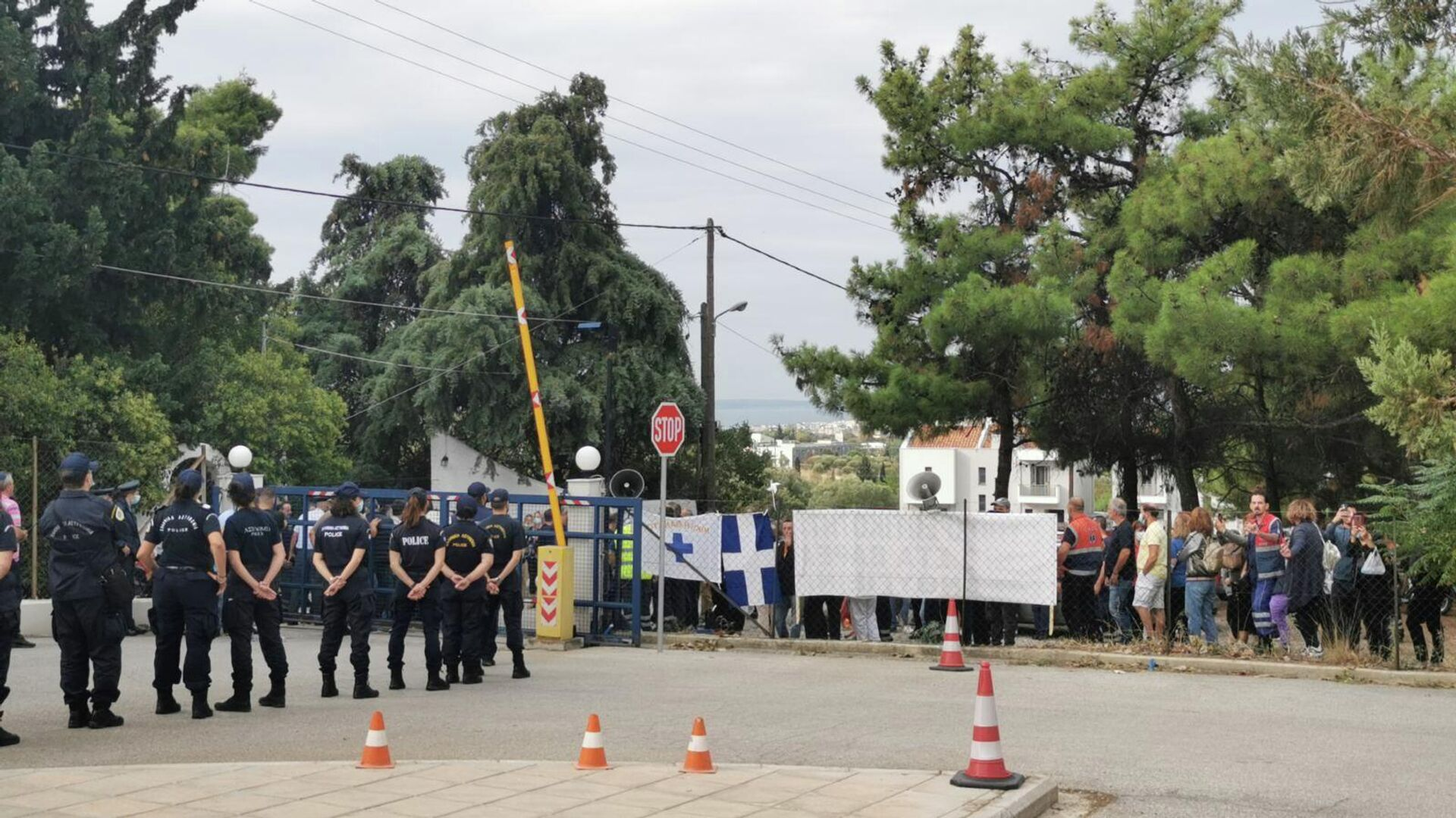 Υγειονομικοί έξω από το ΕΚΑΒ Θεσσαλονίκης κατά την άφιξη του υπουργού Υγείας, Θάνου Πλεύρη - Sputnik Ελλάδα, 1920, 22.09.2021