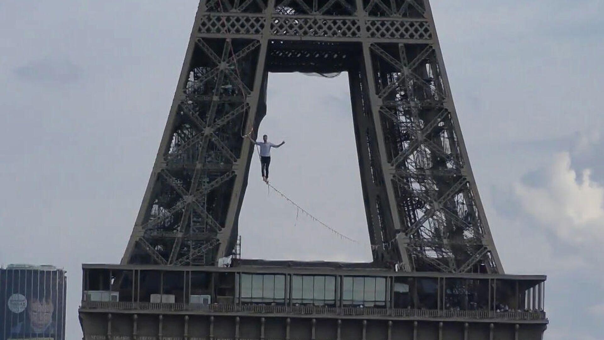 Ακροβατικά που κόβουν την ανάσα: Περπάτησε 600 μέτρα ισορροπώντας σε σχοινί από τον Πύργο του Άιφελ - Sputnik Ελλάδα, 1920, 22.09.2021