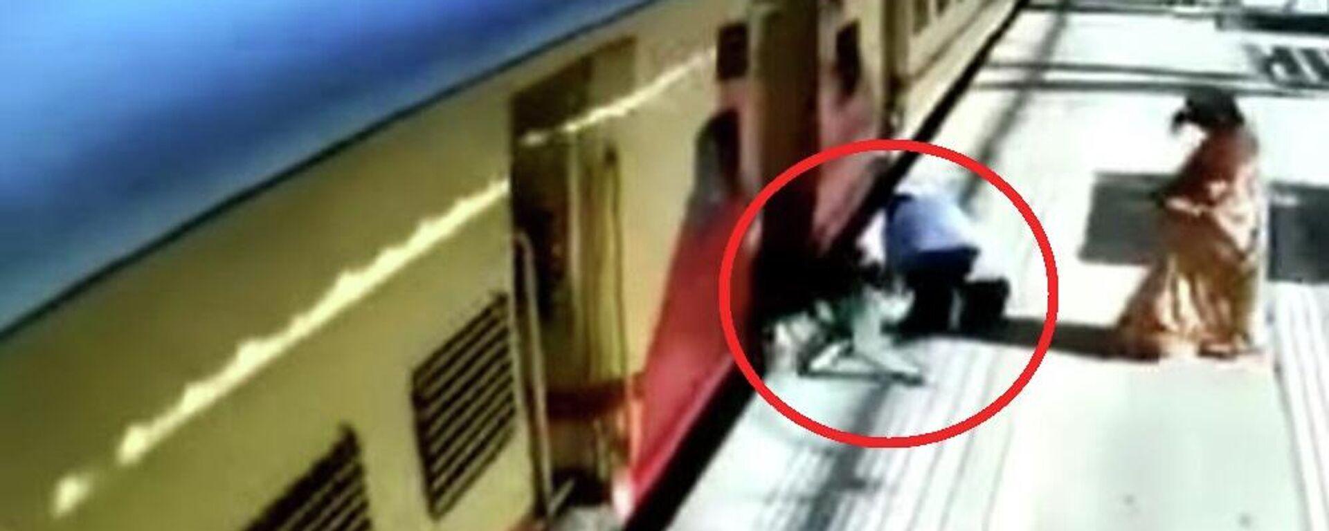 Ηλικιωμένη γυναίκα πέφτει στο κενό ανάμεσα στην αποβάθρα και το κινούμενο τρένο - Sputnik Ελλάδα, 1920, 22.09.2021